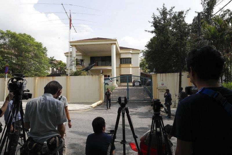 大批媒體仍聚在北韓駐馬來西亞大使館外,希望掌握第一手消息。(美聯社)