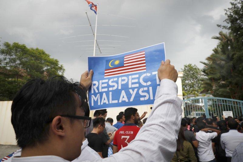 馬來西亞民眾在吉隆坡的北韓大使館外抗議,要求對方「尊重馬來西亞」。(美聯社)