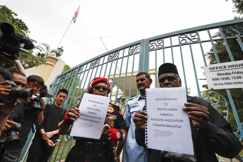 馬來西亞民眾到北韓駐馬國大使館呈交抗議信。(美聯社)