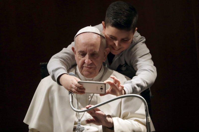 親民的教宗方濟各19日與小男孩自拍(AP)