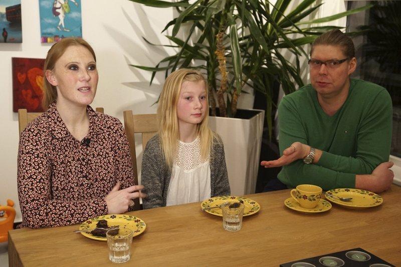 10歲的安娜(Anna Thulin-Myge)和支持她當女生的父母。(AP)
