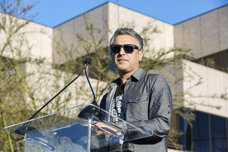 奧斯卡獎頒獎典禮前夕,美國各界人士在洛杉磯舉行「團結的聲音」(United Voices)大會,強烈抗議川普政府多項政策,這是知名伊斯蘭教學者阿斯蘭(Reza Aslan)(AP)