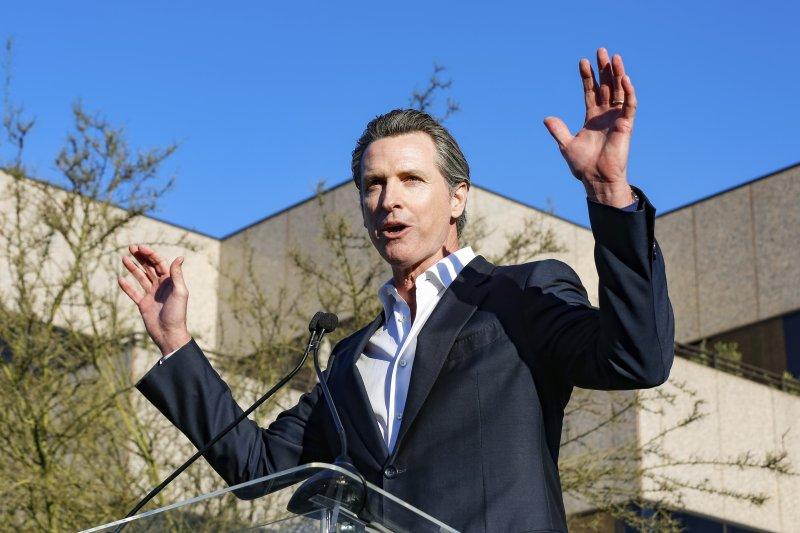 奧斯卡獎頒獎典禮前夕,美國各界人士在洛杉磯舉行「團結的聲音」(United Voices)大會,強烈抗議川普政府多項政策,這是加州副州長紐森(Gavin Newsom)(AP)