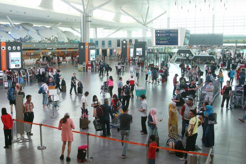 台灣旅客因護照毀損,被馬來西亞移民局拘禁35個小時才遣返台灣,並扣押手機與護照。(資料照,美聯社)