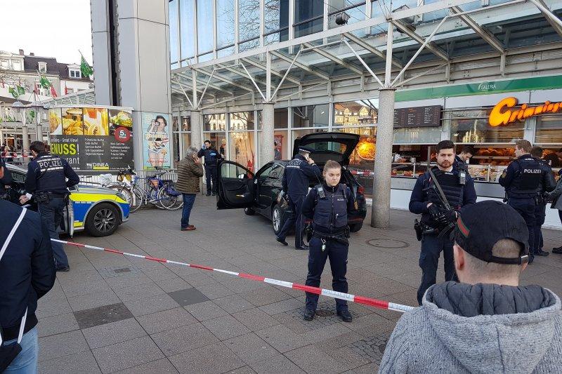德國南部城市海德堡(Heidelberg)25日發生汽車衝上人行道傷人事件(AP)