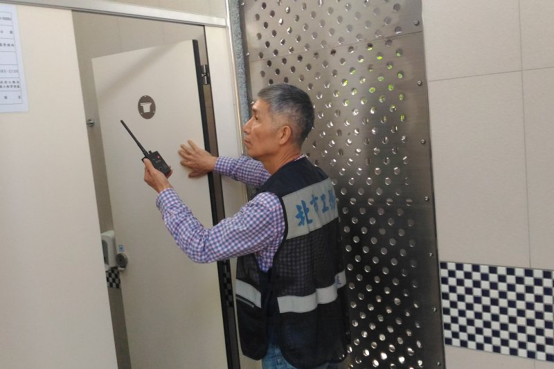 為了讓民眾更安心使用公共廁所,台北市工務局公園處針對轄管公園中的98座公廁,執行每月至少1次的反針孔攝影偵測。(北市公園處提供)