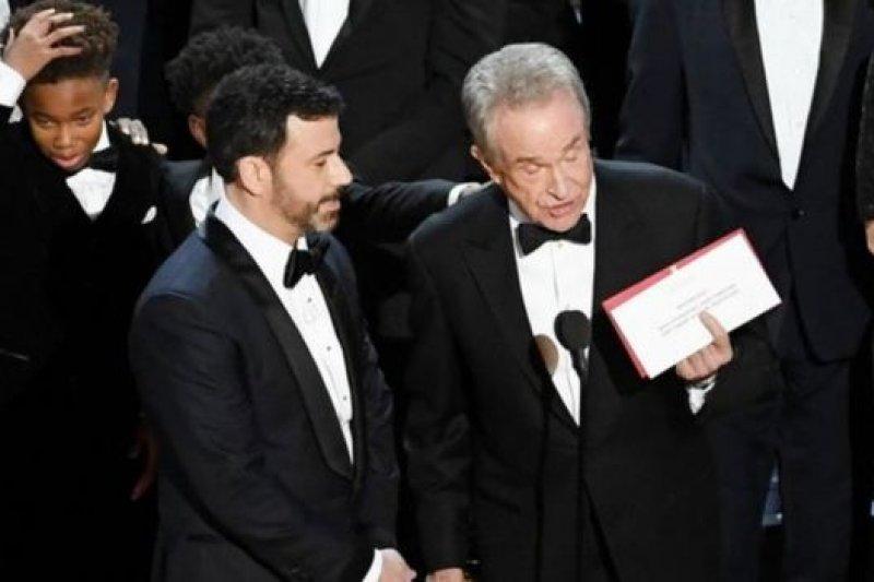奧斯卡錯把屬於《月光下的藍色男孩》的最佳電影獎頒給了《樂來越愛你》。(BBC中文網)