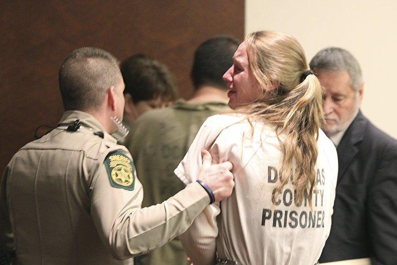 諾頓(女)在法庭上痛哭流涕(AP)