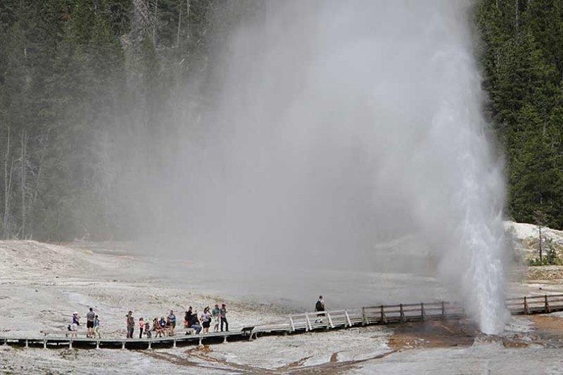 黃石公園著名景點老忠實噴泉。(圖取自National Park Service)