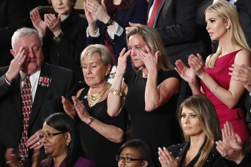 美國海軍海豹部隊罹難士兵歐文森的遺孀凱琳(黑衣)與川普的女兒伊凡卡(紅衣)(AP)