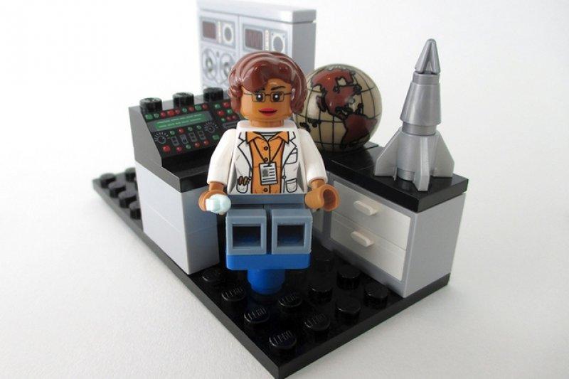 樂高版的物理學家兼數學家強森女士(取自Lego Idea官網)
