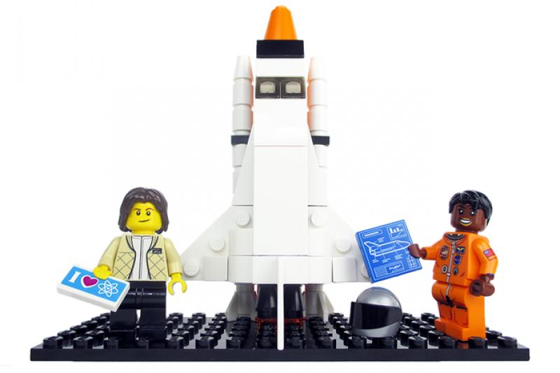 樂高版的NASA物理學家兼太空人萊德(左)與美國首位非裔女太空人潔米森(取自Lego Idea官網)