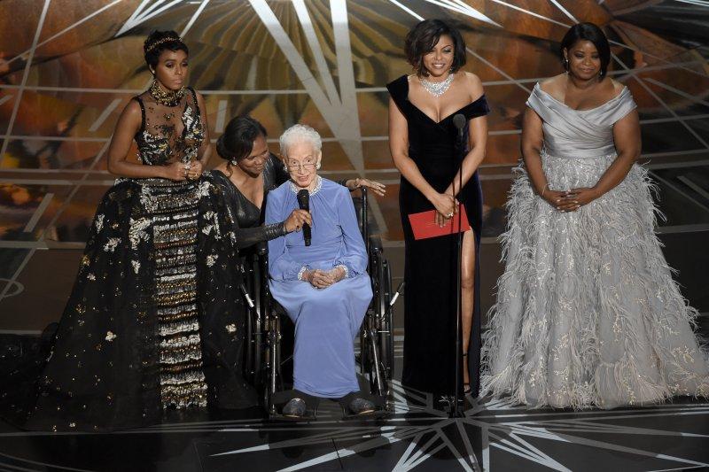 NASA女科學家凱薩琳.強森(中)在《關鍵少數》3位女演員的陪伴下,現身奧斯卡頒獎典禮舞台(AP)