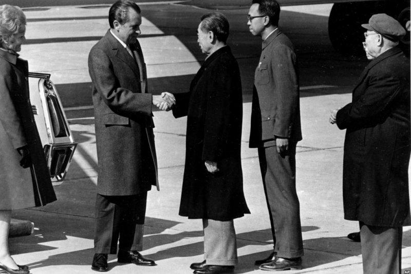 1972年2月21日中國總理周恩來在北京機場歡迎美國總統尼克森。(美國之音)