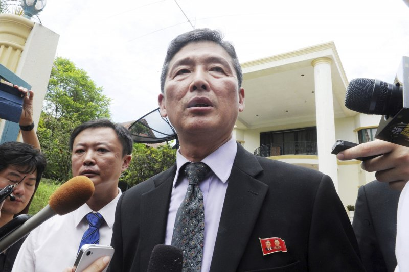 北韓前常駐聯合國代表李東日在馬來西亞發表談話。(美聯社)
