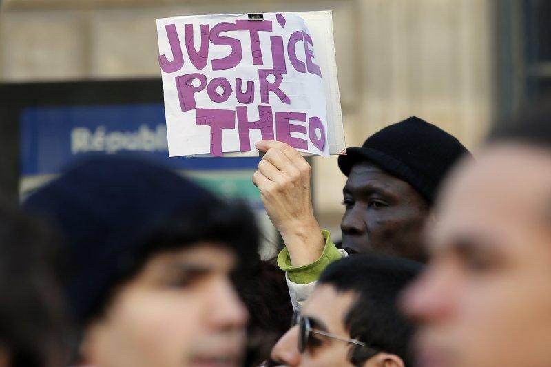 法國民眾上街抗議黑人青年泰奧遭到警方暴力性侵。(美聯社)