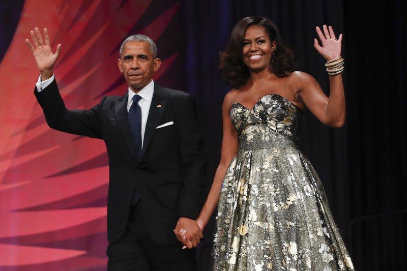 美國前總統歐巴馬伉儷將出版回憶錄,版稅高達新台幣18.5億元。(美聯社)