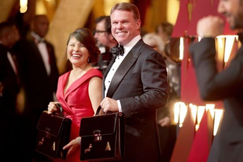 負責周日頒獎活動計票工作的普華永道合夥人布萊恩・卡利南(右)和瑪莎・魯伊斯(左)。(BBC中文網)