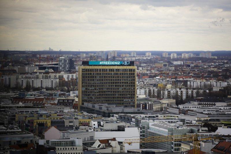 德國出版商 Axel Springer也聲援尤塞爾,在總部大樓秀出「釋放尤塞爾」標語。(美聯社)