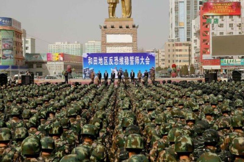 中國當局在新疆最近多次舉行集會顯示力量(1月27日新疆和田反恐誓師大會),同時加強了反恐宣傳。(圖取自BBC中文網)