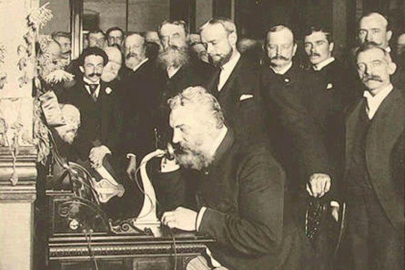 貝爾第一次在公眾面前撥打電話,也錄下自己的聲音。(圖/維基百科公有領域)