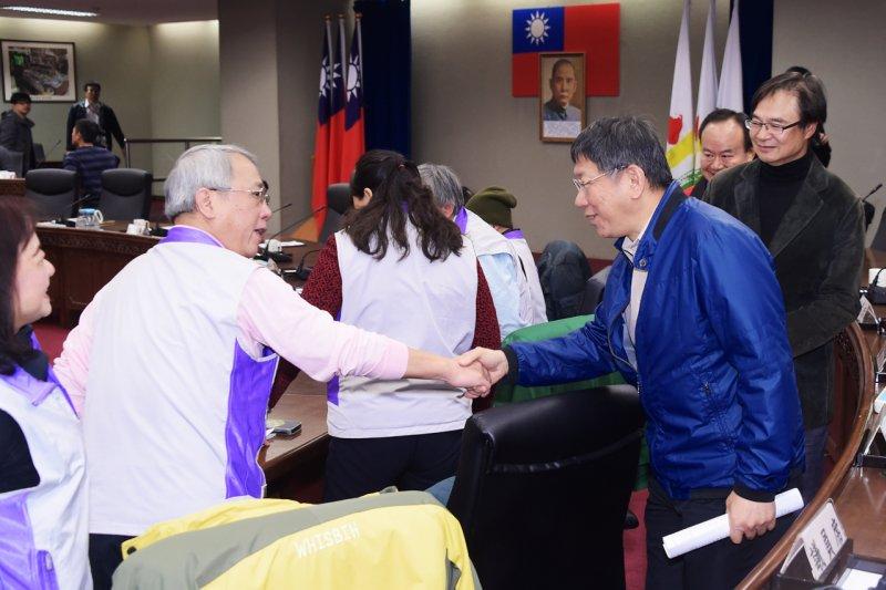 台北市長柯文哲3月3日上午主持106年第3場與萬華區里長的座談會。(台北市政府提供)