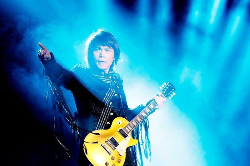 台灣有哪一位歌手能像伍佰一樣,縱橫國台語歌壇將近30年?(圖/伍佰 Wu Bai@facebook)