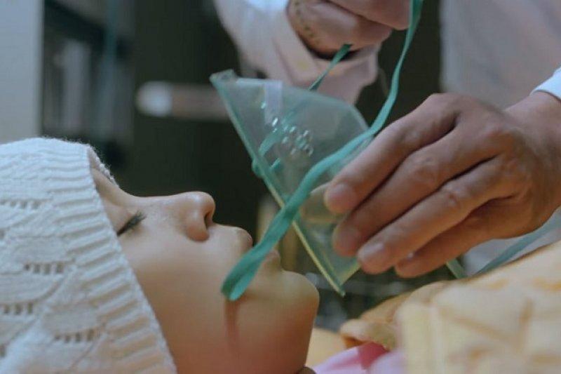 無論用再痛苦的手段也要拯救病人到最後一秒鐘,這樣的堅持真的是為他們好嗎?(示意圖取自Youtube)
