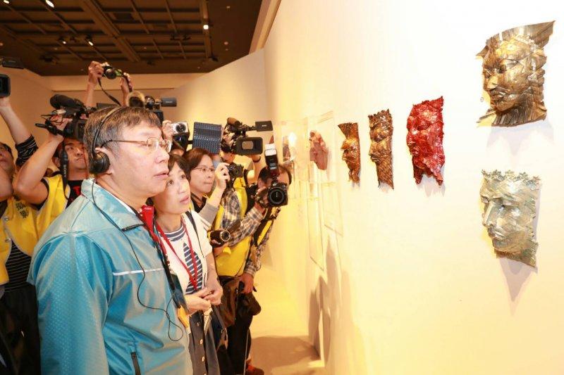 臺北市長柯文哲南下參觀《紙上奇蹟-摺紙藝術與科學》特展,對於媒體訪問長安東路都更一事,柯表示已要求都發局對此事說明清楚,以減少外界的疑慮。〈取自台北市政府〉
