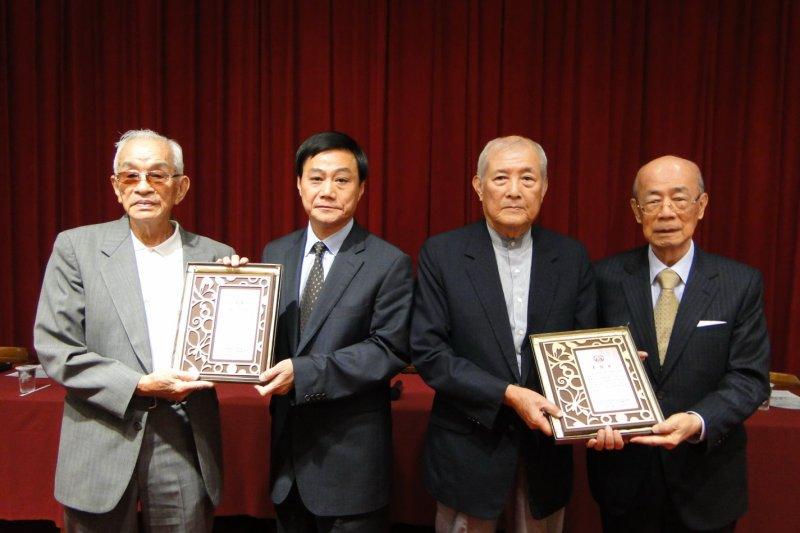 20170304-高雄中學自衛隊副隊長陳仁悲(左一)及隊員林芳仁(右一)。(取自高雄市議會)