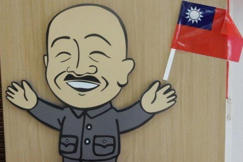 台北的中正紀念堂原先出售的萌版蔣介石公仔是熱門商品。(BBC中文網)