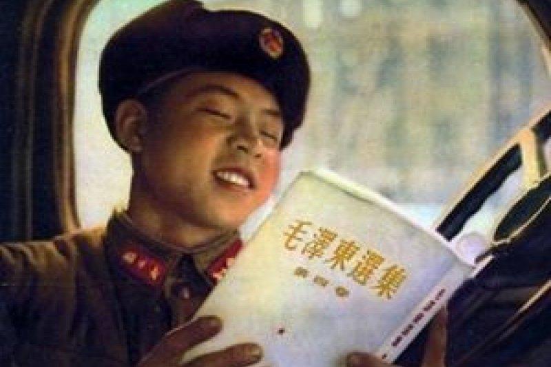 雷鋒正在閱讀《毛澤東選集》(翻攝維基百科)