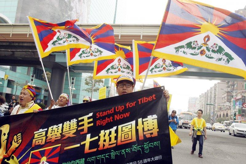為紀念西藏抗暴58周年,在台藏人、西藏青年會台灣分會等團體,5日在台北市舉行遊行。(美聯社)