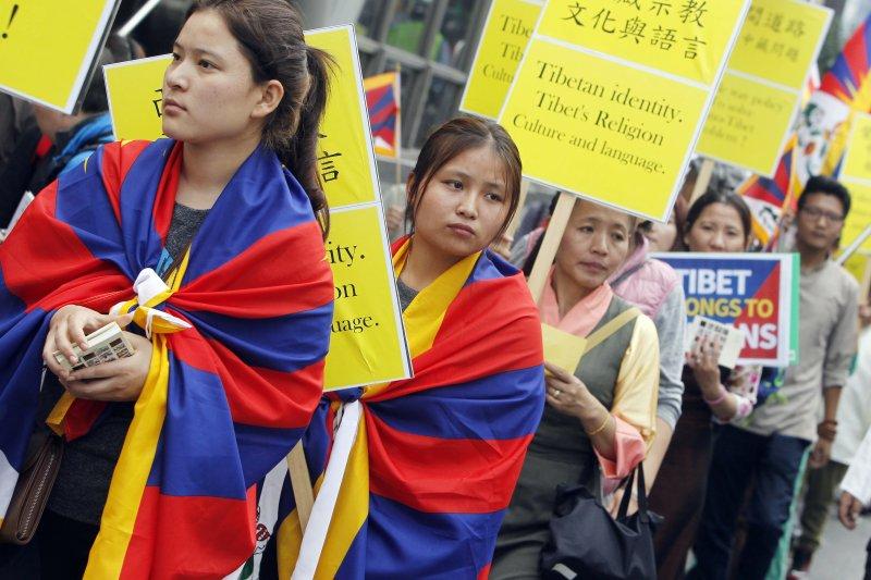 為紀念西藏抗暴58週年,在台藏人、西藏青年會台灣分會等團體,5日在台北市舉行遊行。(AP)