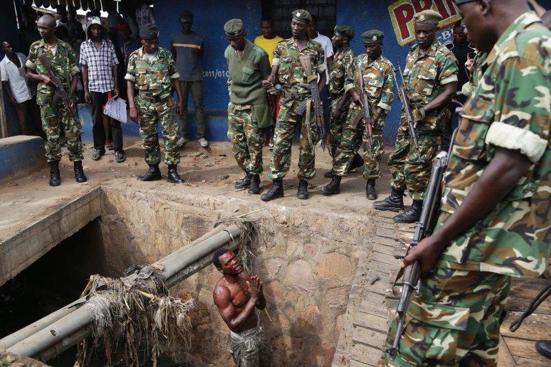 1名疑似執政黨附屬青年組織的成員請求軍隊保護,避免遭到反對派群眾追打(AP)