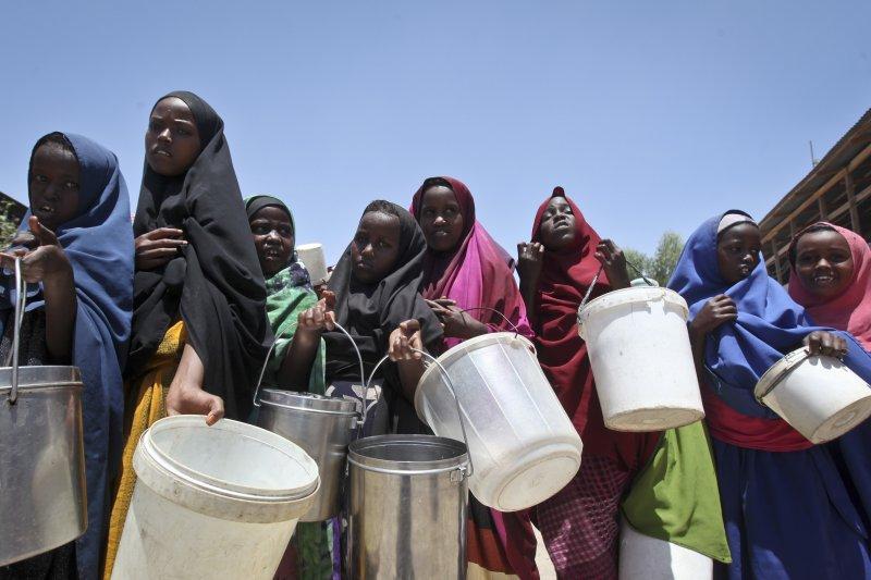 排隊等待人道救援組織發放水和糧食的索馬利亞女孩。(美聯社)