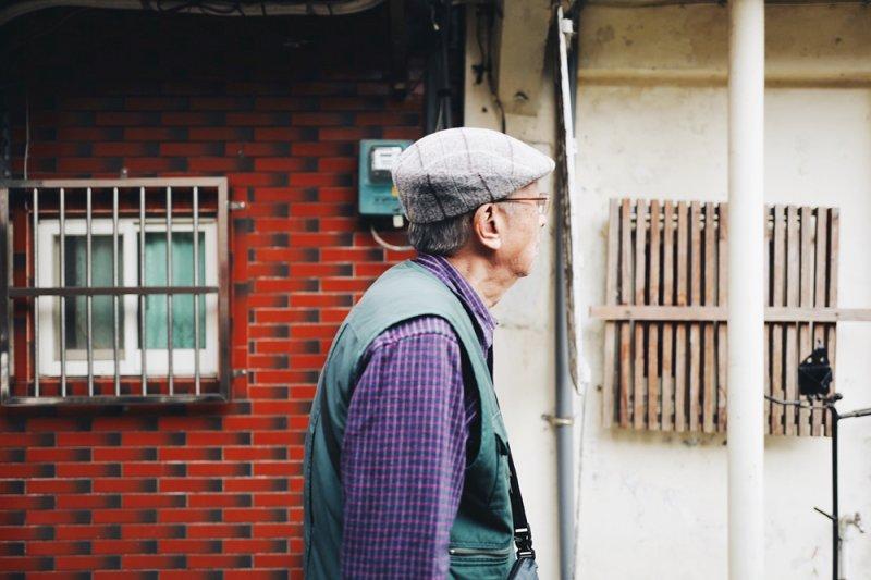 照護的生活就像被套上手銬腳鐐,日復一日,看不到希望,沒有一丁點的自我空間...(示意圖,非當事人/Anthony Nguyen@flickr)