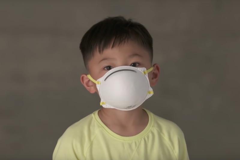 世界衛生組織(WHO)指出,全球5歲以下幼童,有四分之一因為不乾淨的水和空氣、衛生條件不佳和二手菸等環境污染問題而夭折,估計一年奪走170萬兒童的生命。(截圖自youtube)