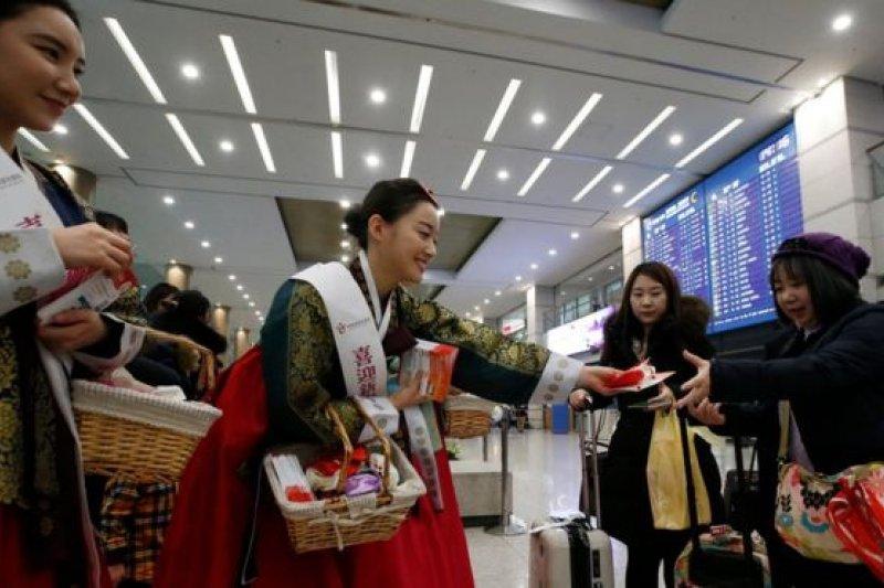 春節時韓國機場歡迎中國遊客。(BBC中文網)