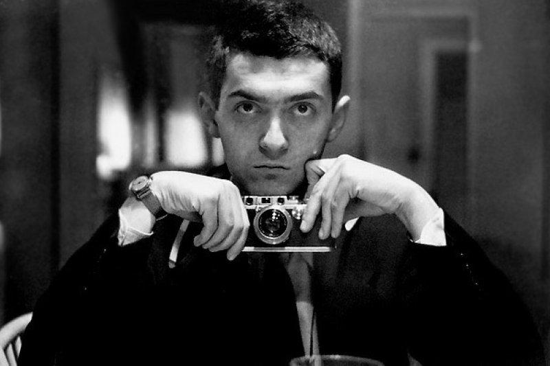 1949年,21歲的史丹利.庫柏力克用徠卡相機自拍(Wikipedia/Public Domain)