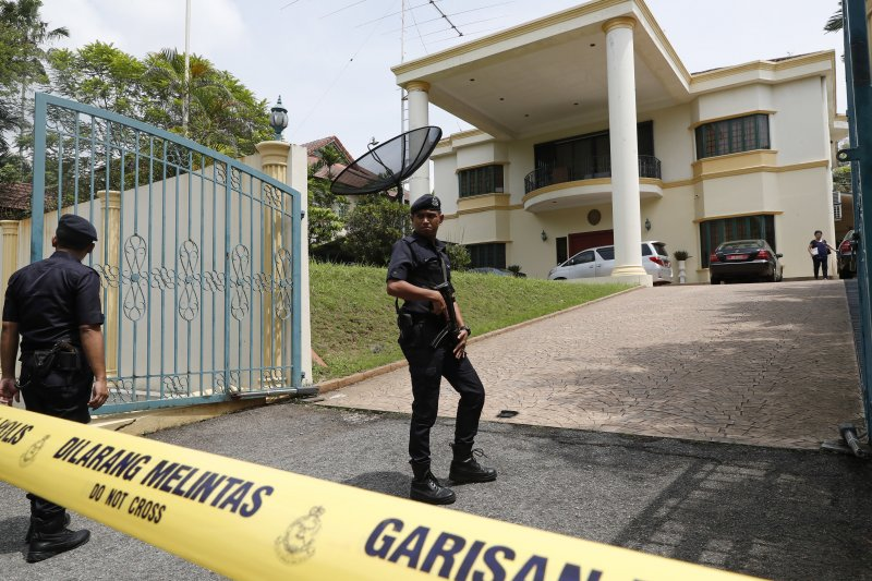 馬來西亞警方7日在北韓大使館外拉起封鎖線。(美聯社)