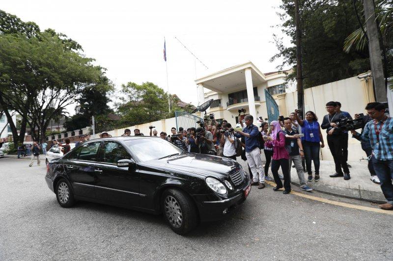 北韓駐馬來西亞大使館7日曾有車輛駛出,引起現場媒體一陣追逐。(美聯社)
