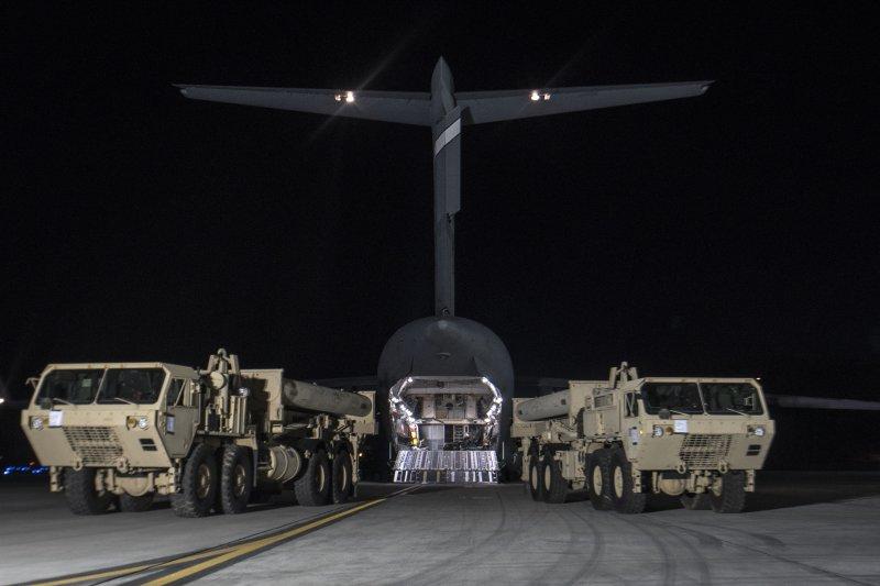 美軍6日晚間將首批薩德反飛彈系統的裝備運抵南韓。(美聯社)
