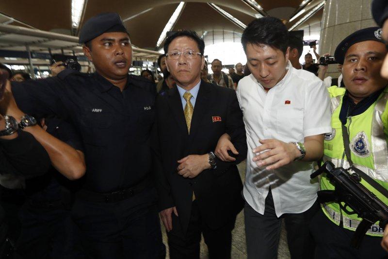 北韓駐馬來西亞大使姜哲(中)6日出現在吉隆坡機場。(美聯社)