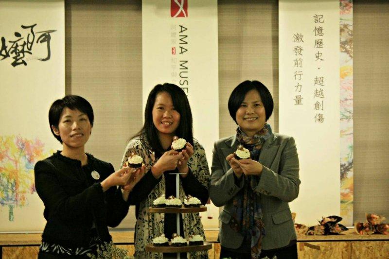 「阿嬤家和平與女性人權紀念館」開館記者會,婦女救援基金會董事長黃淑玲(右)與「阿嬤家」館長康淑華(左)出席活動,並與合作廠商展示新推出的主題蛋糕。(婦女救援基金會提供)