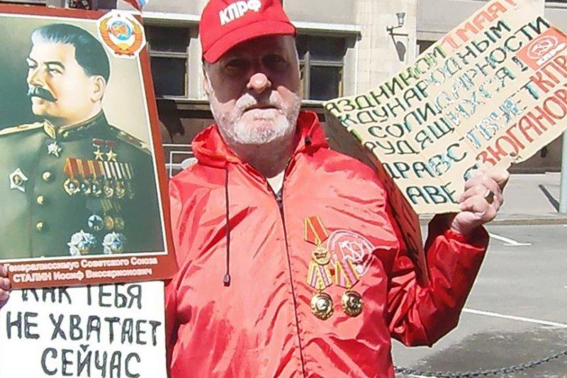 2013年5月1日俄羅斯共產黨在莫斯科市中心組織遊行集會,其中的一名史達林支持者。