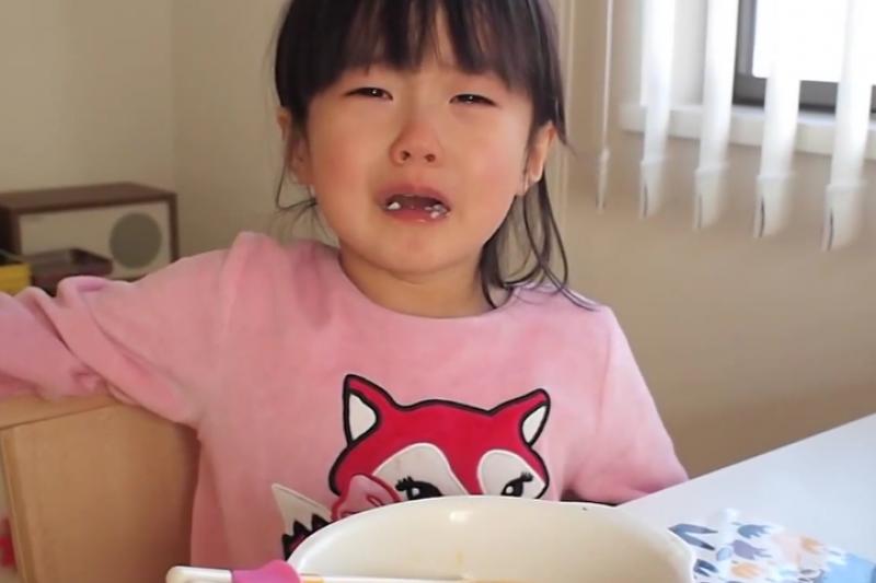 8歲前的孩子腦子發育未完全,本來就比較難控制情緒。(示意圖/翻攝自youtube)