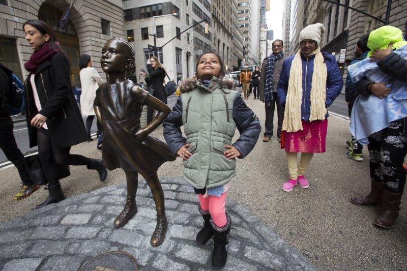 遊客模仿「無畏女孩」雕像的動作(AP)