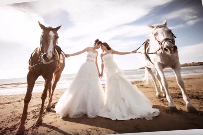 1060309-女同志情侶Jennifer和Sam去年11月舉行婚禮,也希望藉此呼籲大眾用愛與尊重給予同志相同的權利。(翻攝自Youtube)