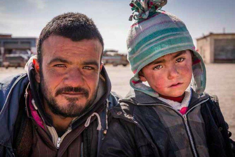 3歲的薩伊德(右)只敢在白天的時候睡覺,一到晚上他就會擔心的不敢闔眼。(圖取自Save the Children)